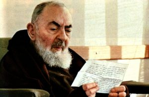 Padre Pio lendo a carta de um dos seus filhos espirituais.
