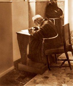 Padre Pio escrevendo carta aos seus Filhos Espirituais