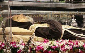 Corpo incorrupto do Santo Padre Pio.